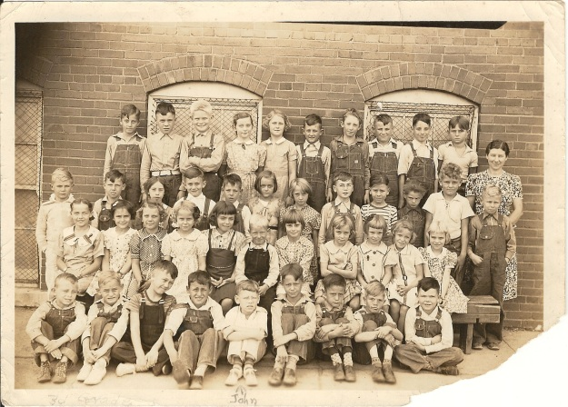Clay City school c1938 (Photograph from the private collection of Deborah Sweeney