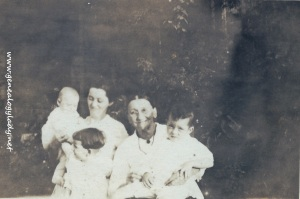 YEG1919 Elizabeth (Schwartz) with possibly Mary Anna (Wolfe) Snedeker and children
