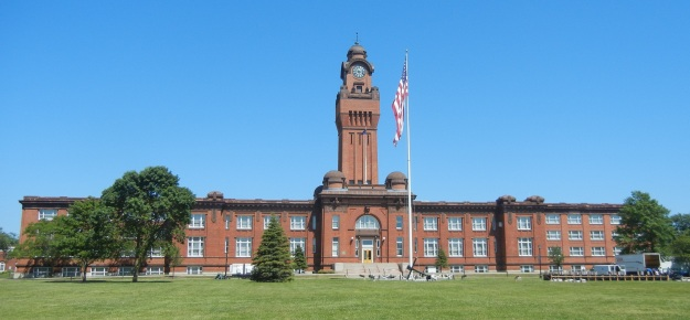 Great Lakes Naval Base Building 1 (photograph by Goldnpuppy, Wikipedia Creative Commons license)